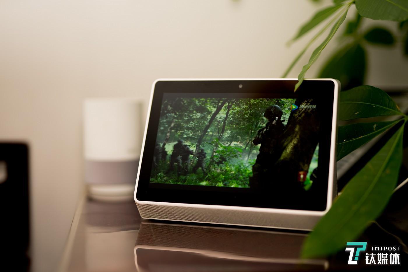 尺寸其实没比智能音箱大多少,放在桌面上比较和谐