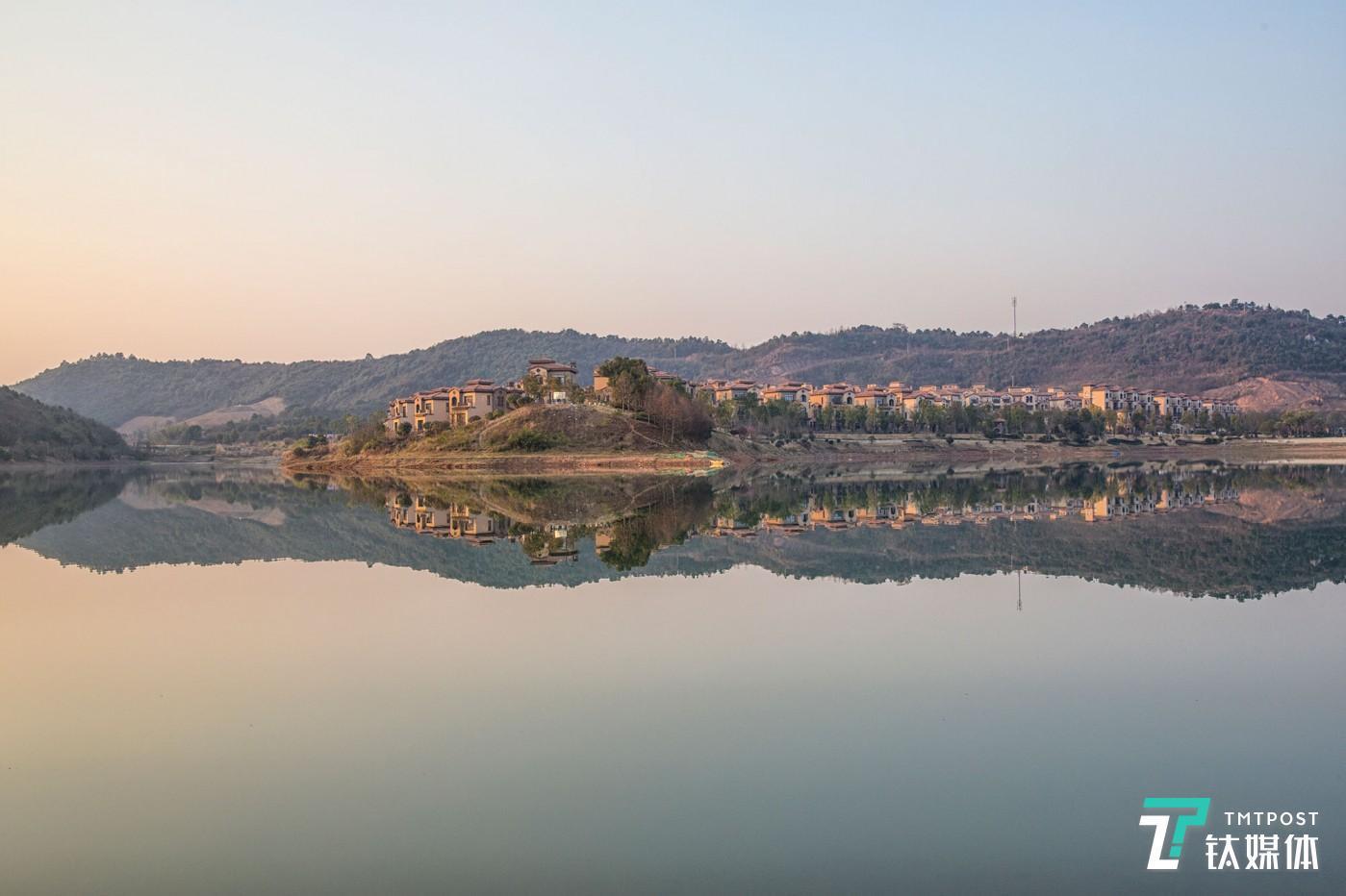 湖光墅影。湖南长沙,依山傍水的别墅区。