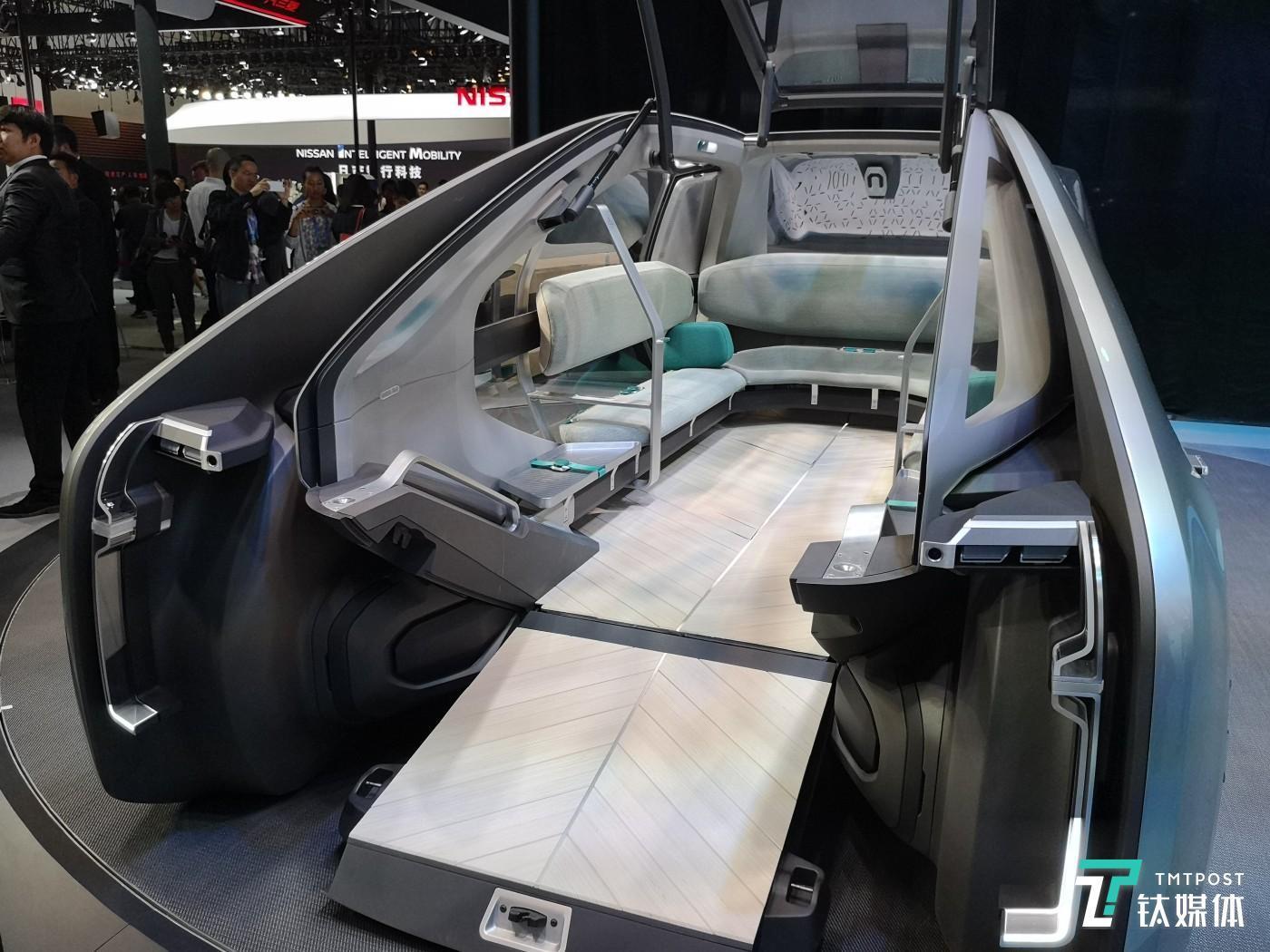 环形沙发设计,可乘坐6名乘客