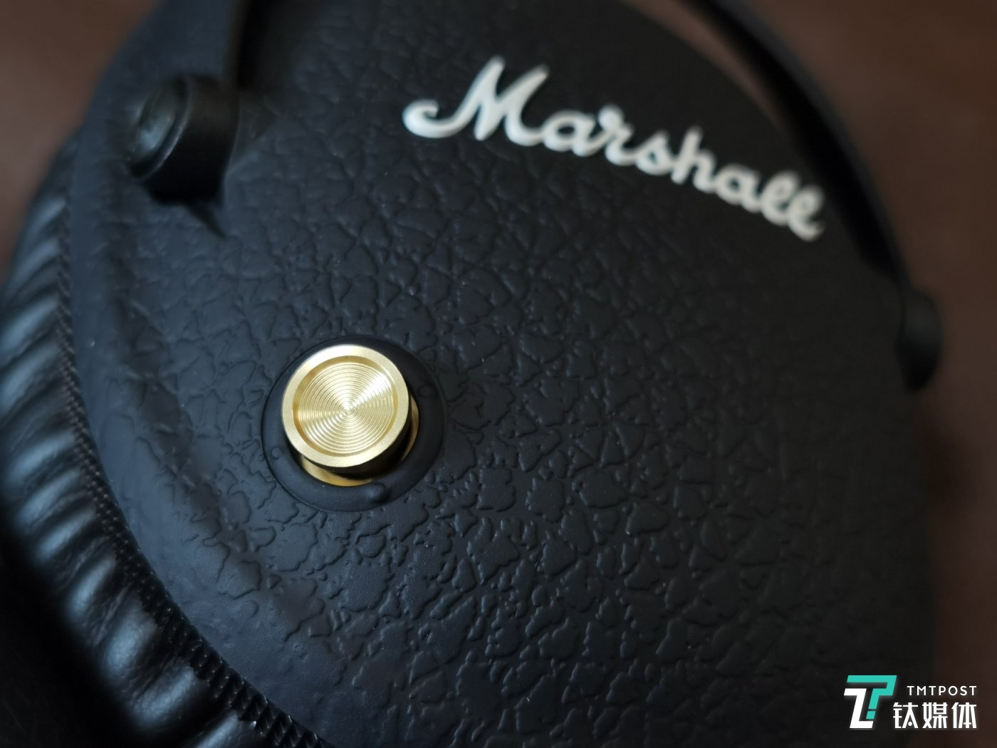 这颗黄铜按钮是标志性特色之一
