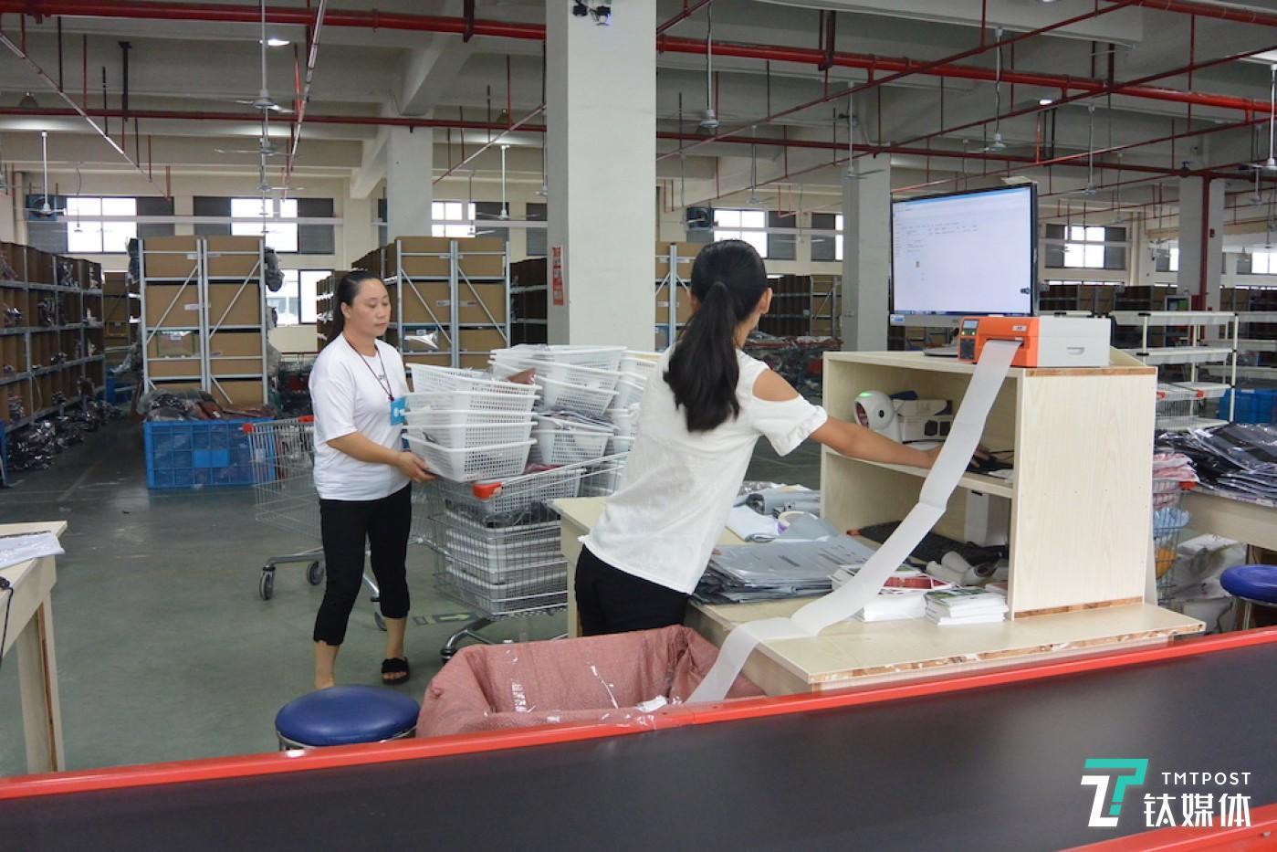 工人们在进行打单拣货作业。