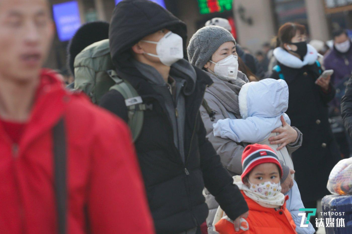 1月21日8:47,北京火车站王中王一王中王救世网,赶路的旅客。(图/钛媒体 孙林徽)