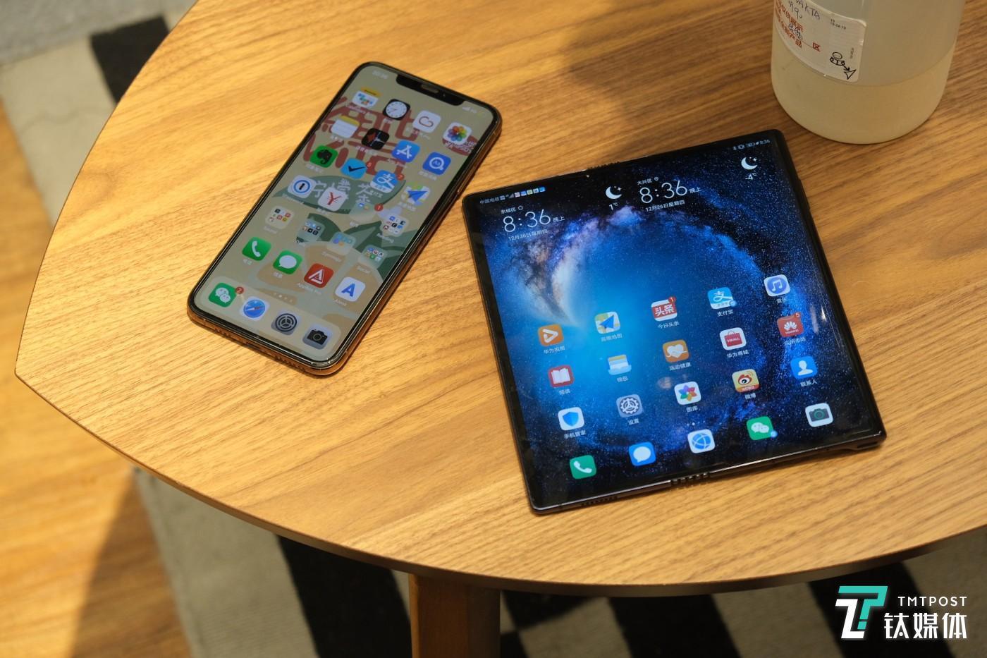 Mate X和iPhone XS Max大小比较
