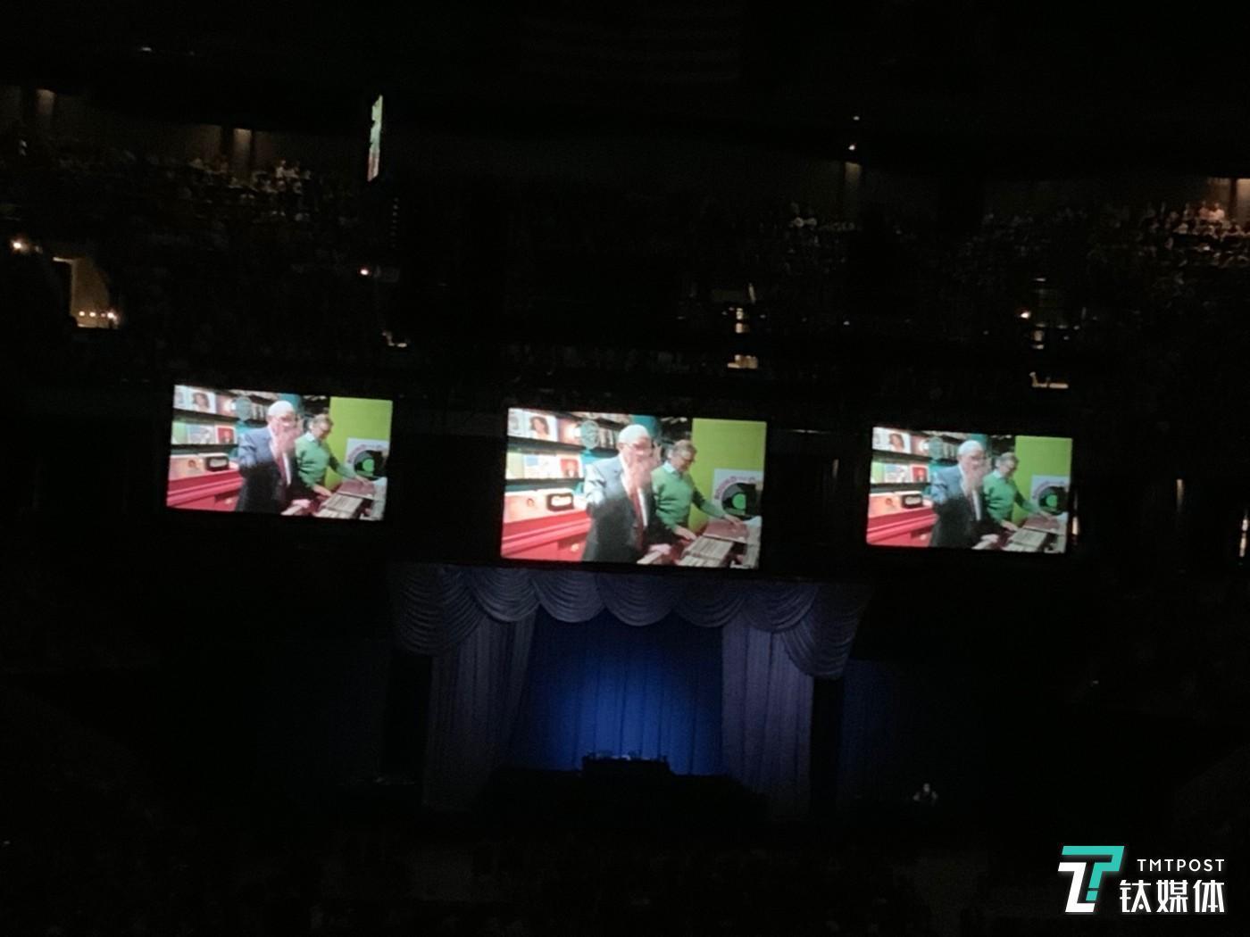 巴菲特向盖茨赠送唱片的暖场视频画面