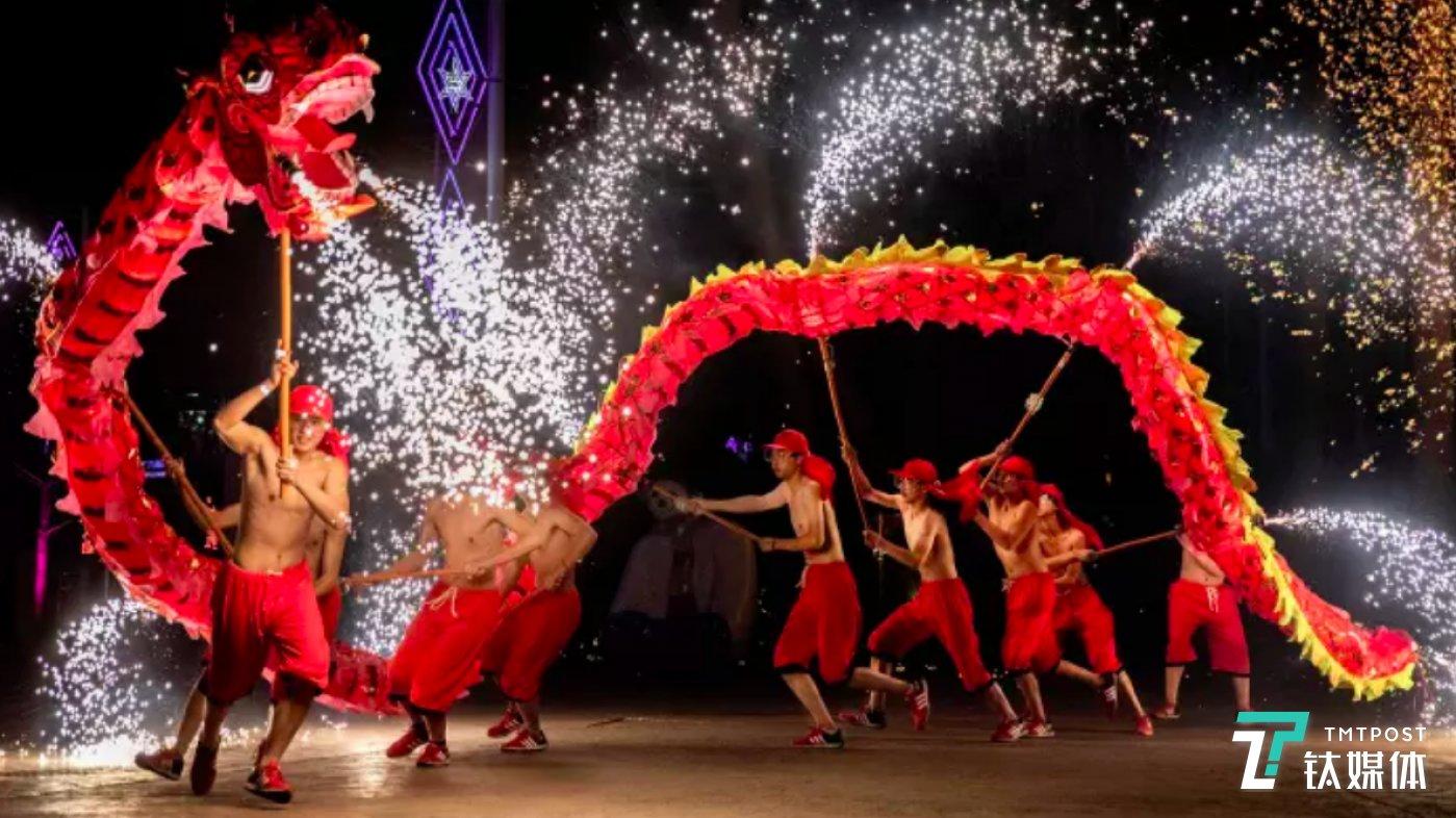 中国春节期间舞龙表演(图/Kevin Frayer, Getty)