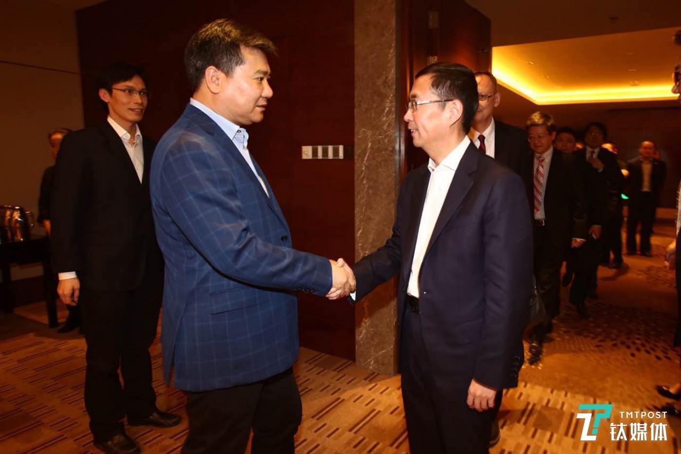 左:苏宁董事长张近东;右:阿里巴巴CEO张勇