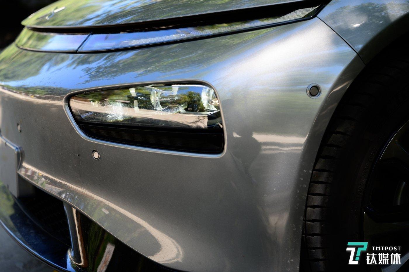 可以看到车身布置的雷达感应器