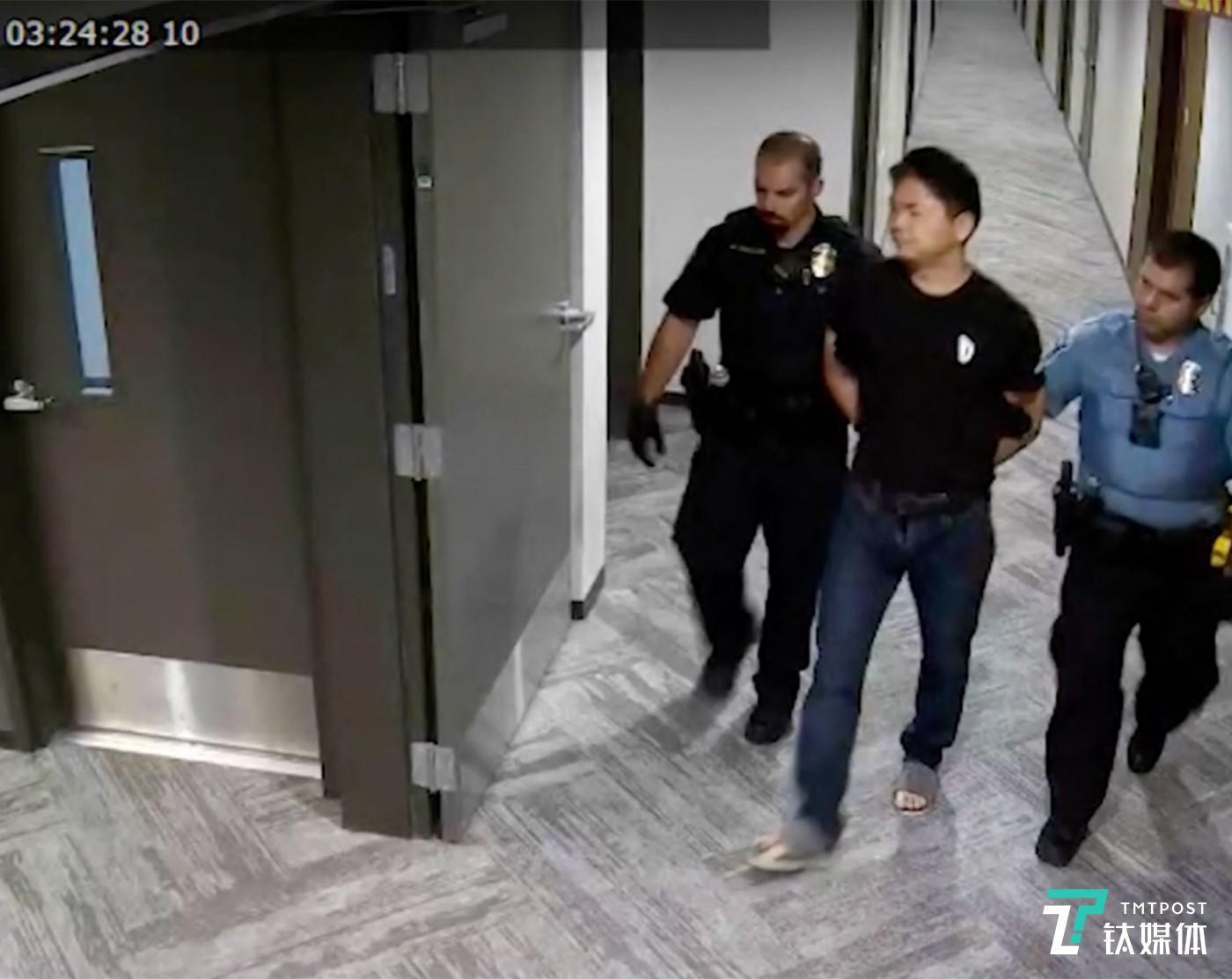 4月23日晚,刘强东在美国明州被警方逮捕的视频曝光。视频中,两名警官从公寓房间带走了穿黑色T恤的刘强东,他的手被拷在身后。随着监控视频的流出,刘强东明州事件持续发酵。(图/监控视频截图)