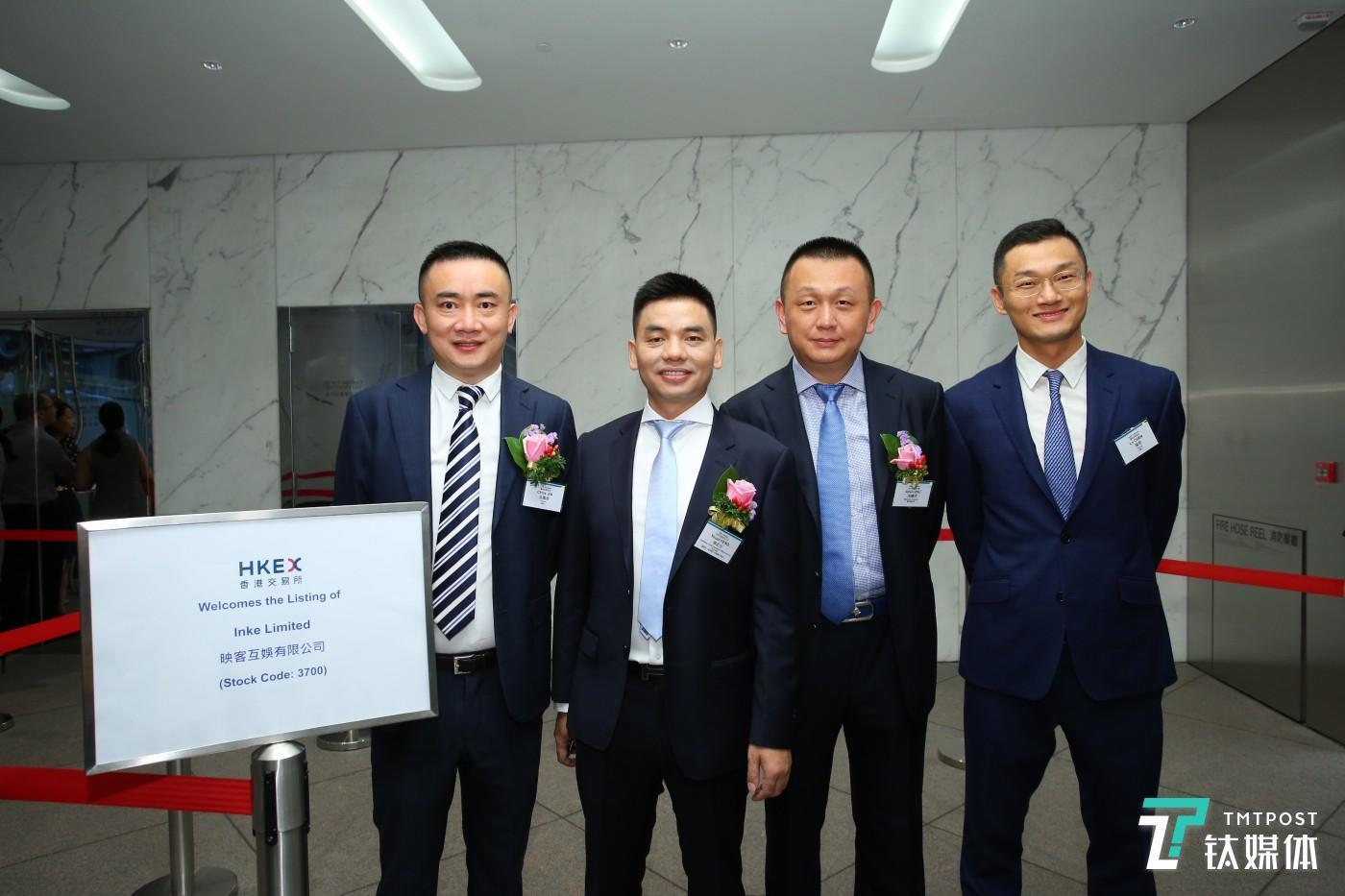 映客早期投资人、金沙江创投合伙人朱啸虎(右二)出席映客挂牌仪式