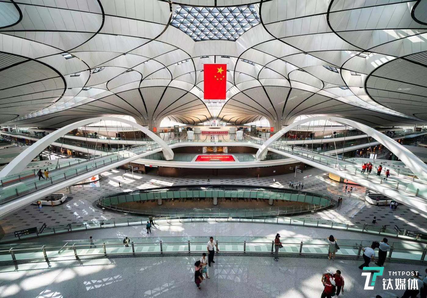 9月25日,北京大兴国际机场正式投入运营。该机场2014年12月动工,拥有机位268个,共开通国内外航线119条,是目前世界上最大机场。(图/视觉中国)