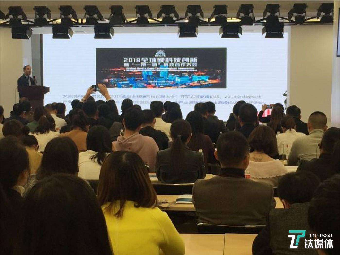 """10月29日,西安市硬科技局局长李建勋在长江商学院第五届全球创业精英论坛上推介西安市""""硬科技""""。何双 摄"""