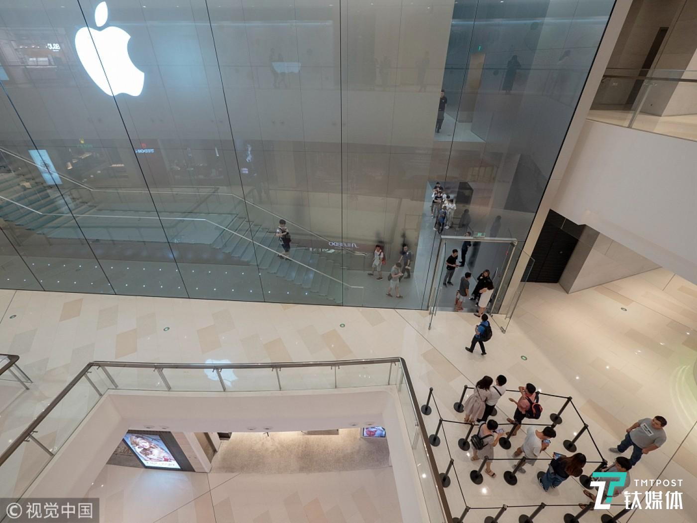 苹果直营店内顾客稀少,图片来源:视觉中国