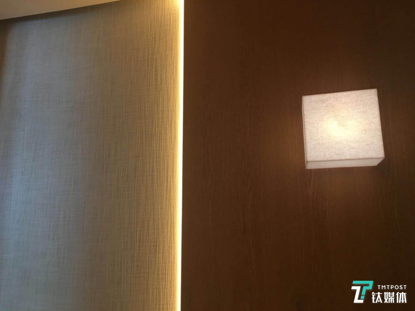 """MUJI 的电梯采用部分木制装潢,这虽然增加了电梯的承重,但可以不让客人感觉到""""冷冰冰"""""""