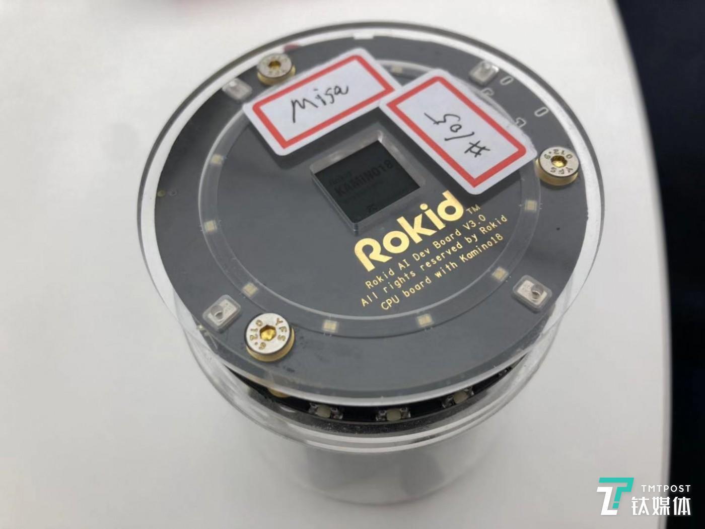 周军向钛媒体展示的搭载开发板。