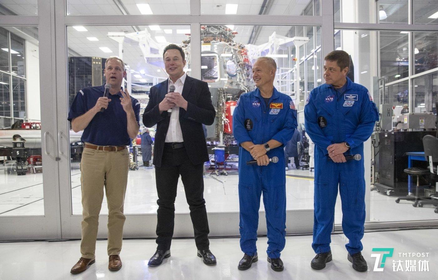 从左至右分别是:美国宇航局局长吉姆·布莱登斯汀(Jim Bridenstine);SpaceX的创始人埃隆·马斯克(Elon Musk);以及载人龙飞船的两名宇航员道格·赫尔利和鲍勃·本肯(图片来源:洛杉矶时报)