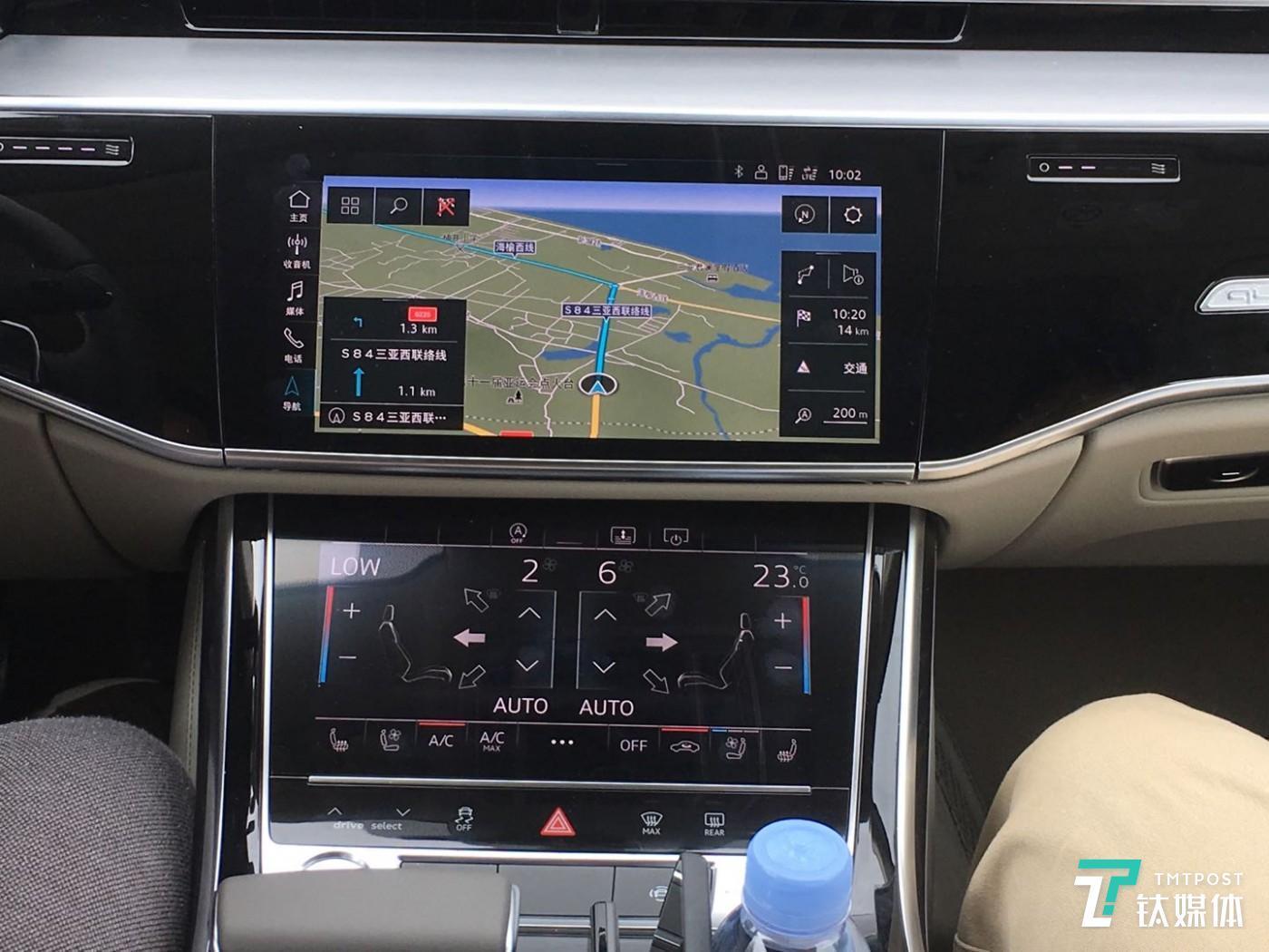 中控台上的上下两块屏幕,上方屏幕搭载了奥迪的MMI车载系统