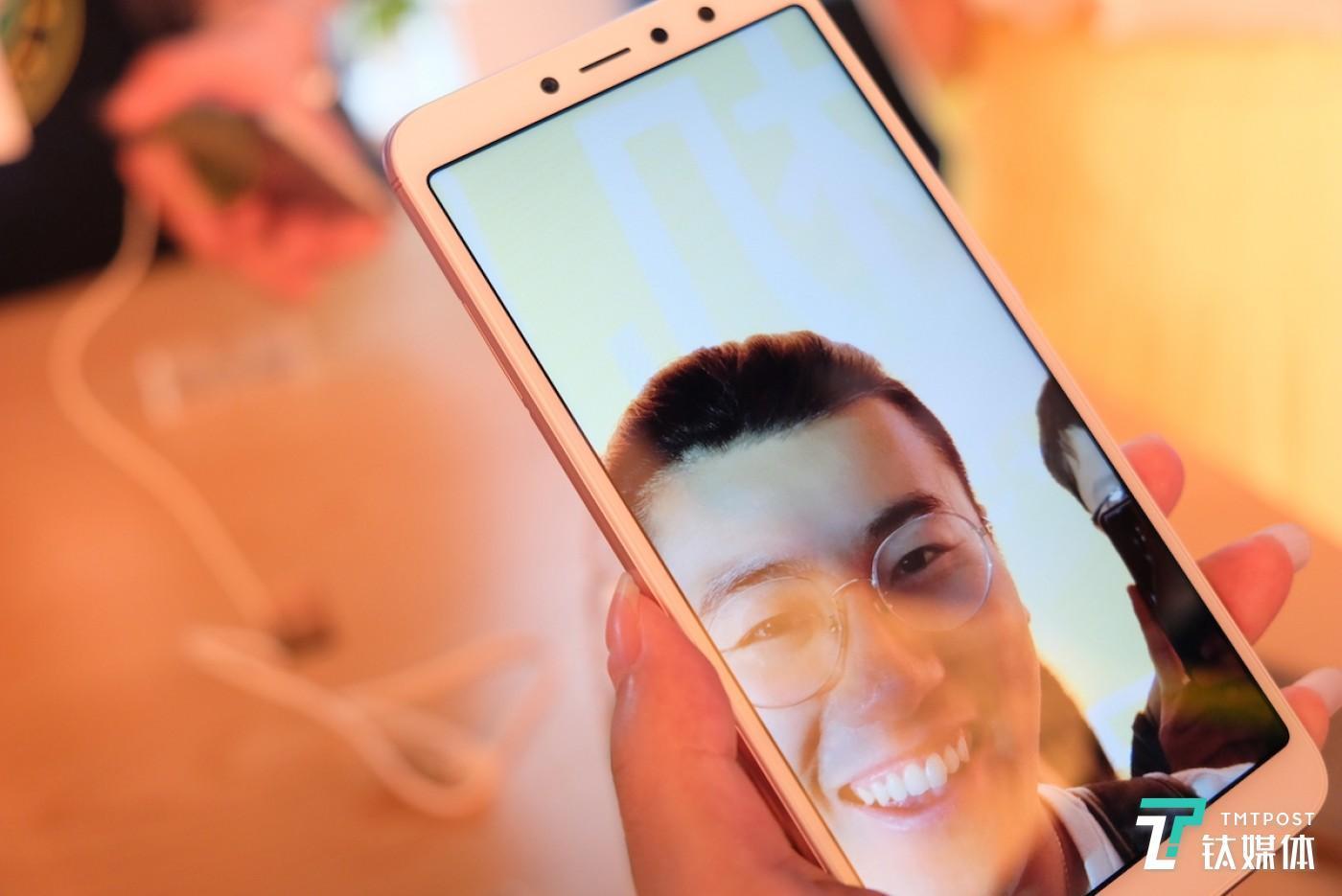 记者实际体验头发丝都能拍出来的 AI 美颜算法