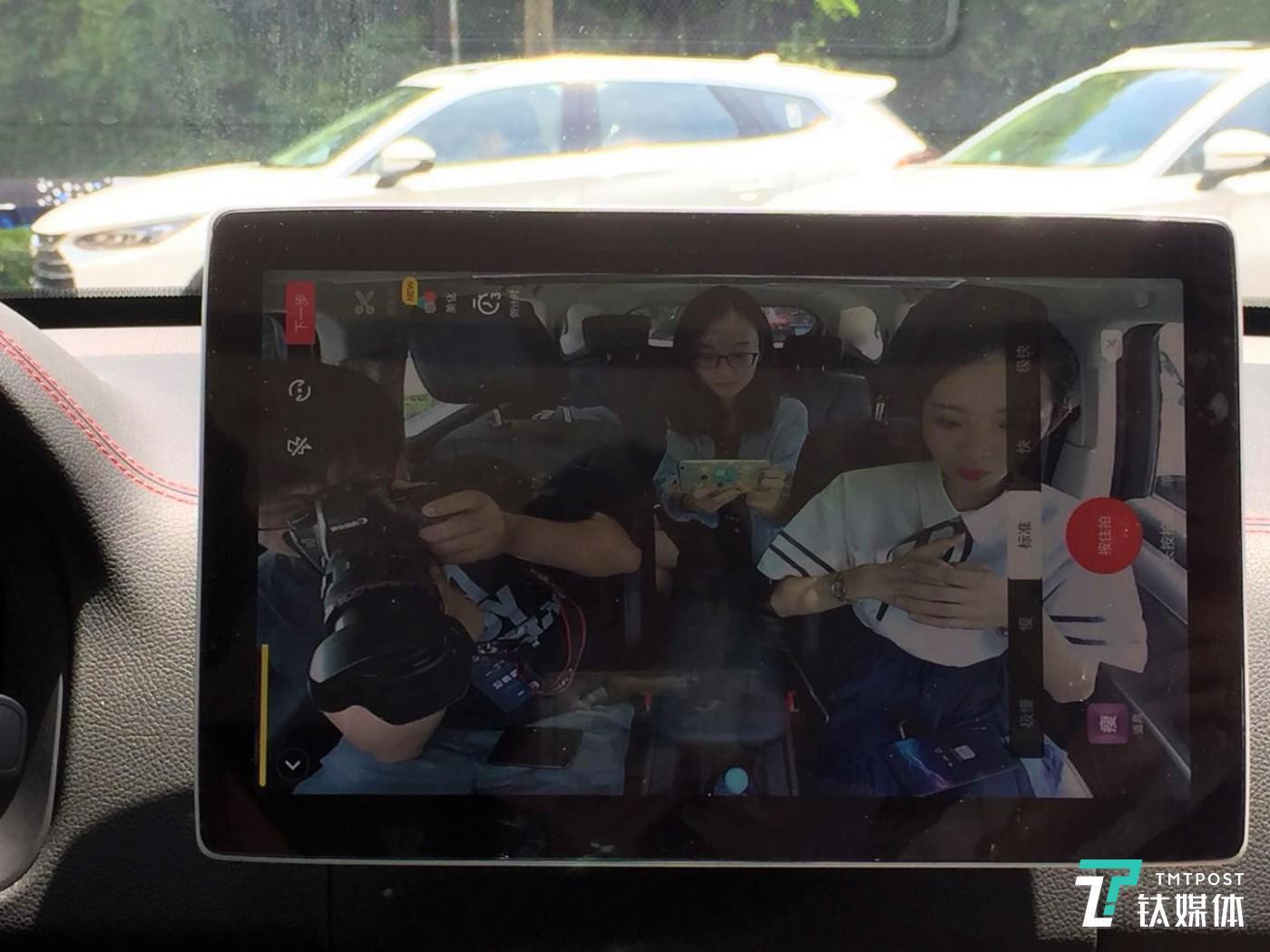 钛媒体编辑通过车内摄像头录抖音