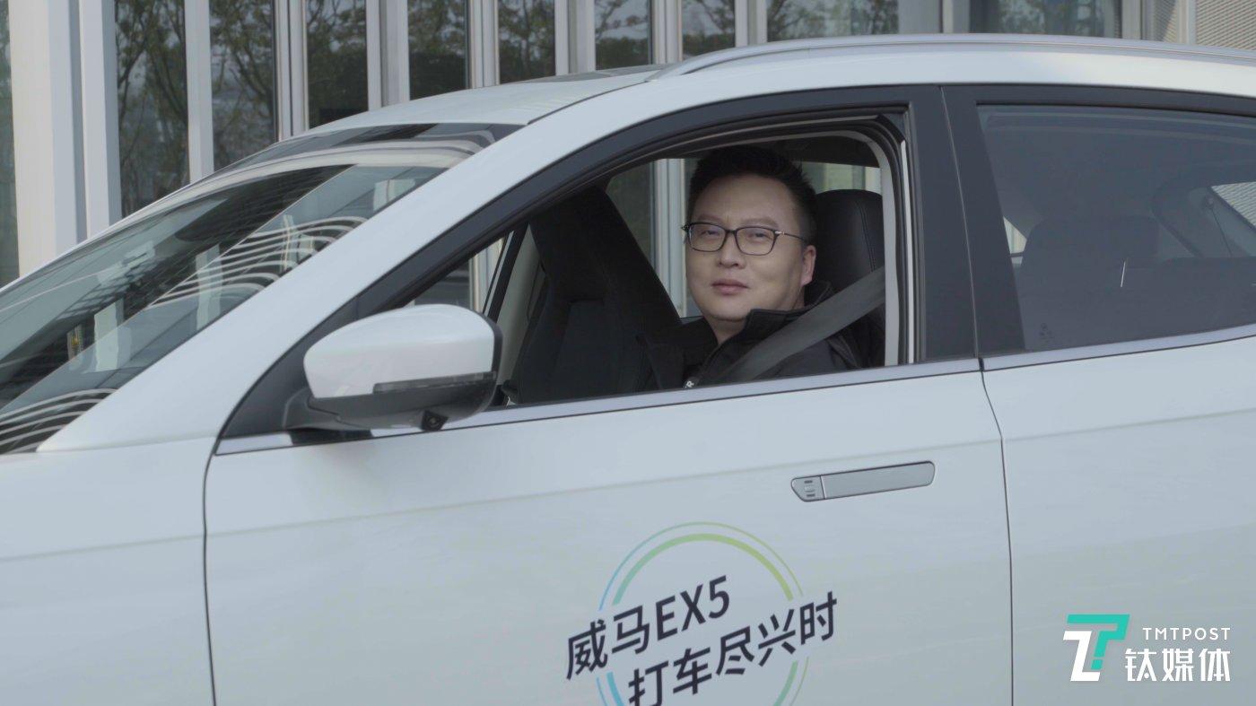 陆斌坐在车内