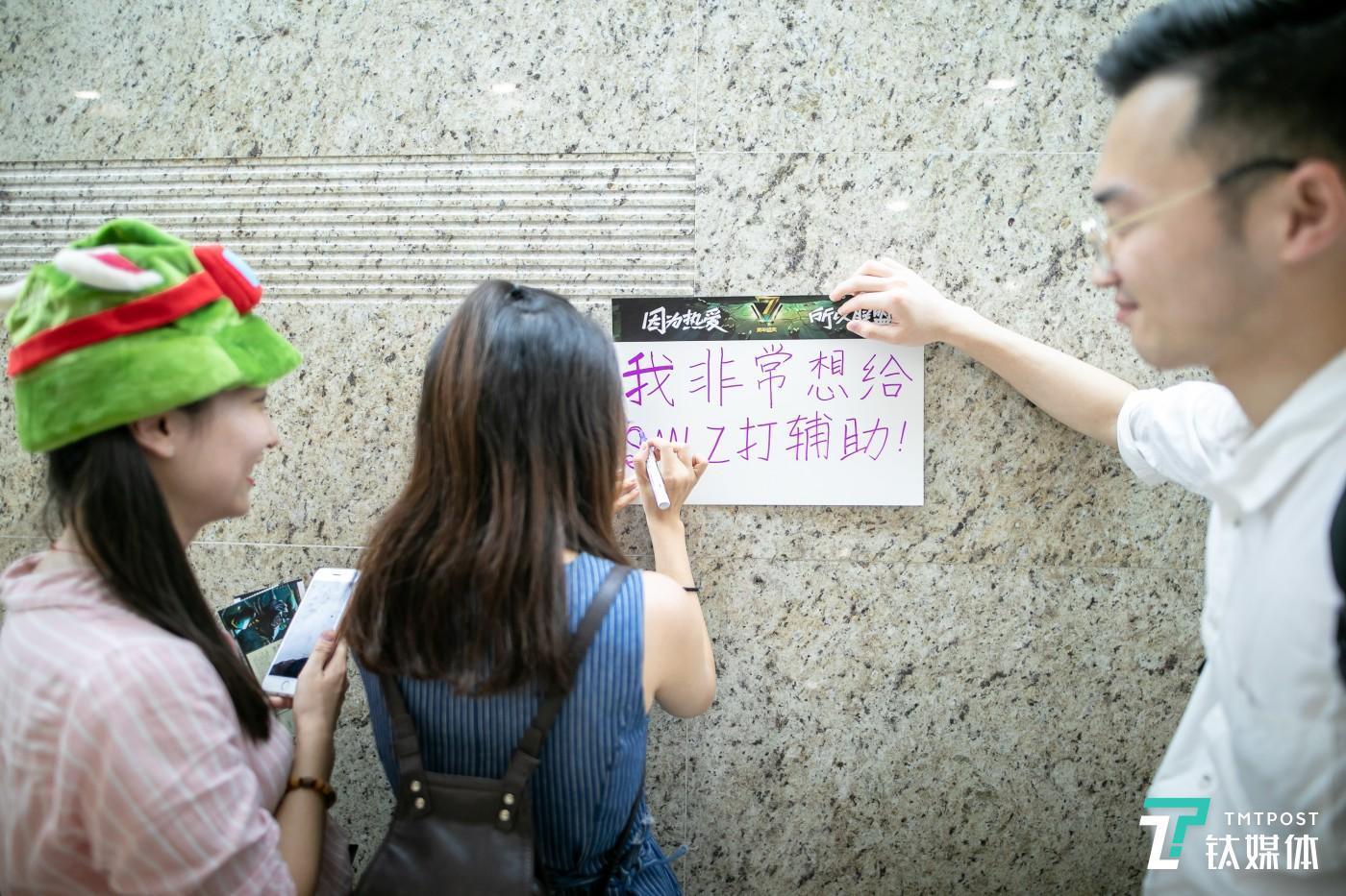 """英雄联盟七周年年庆,带着提莫同款""""绿帽子""""的小姐姐与SMLZ女粉小姐姐"""