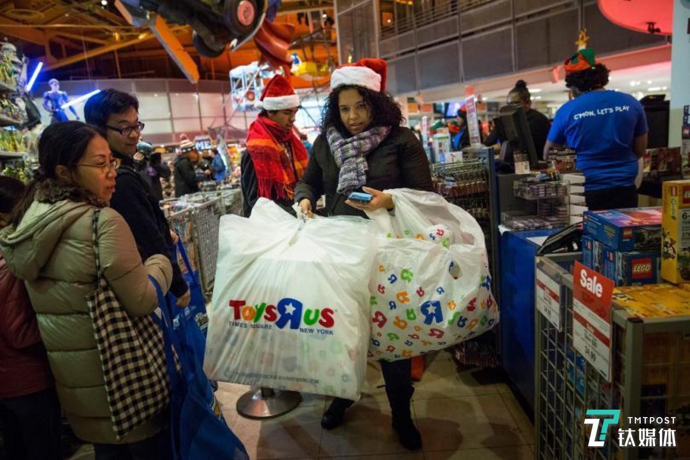 顾客在Toys R Us进行圣诞采购。图片来源/ibtimes