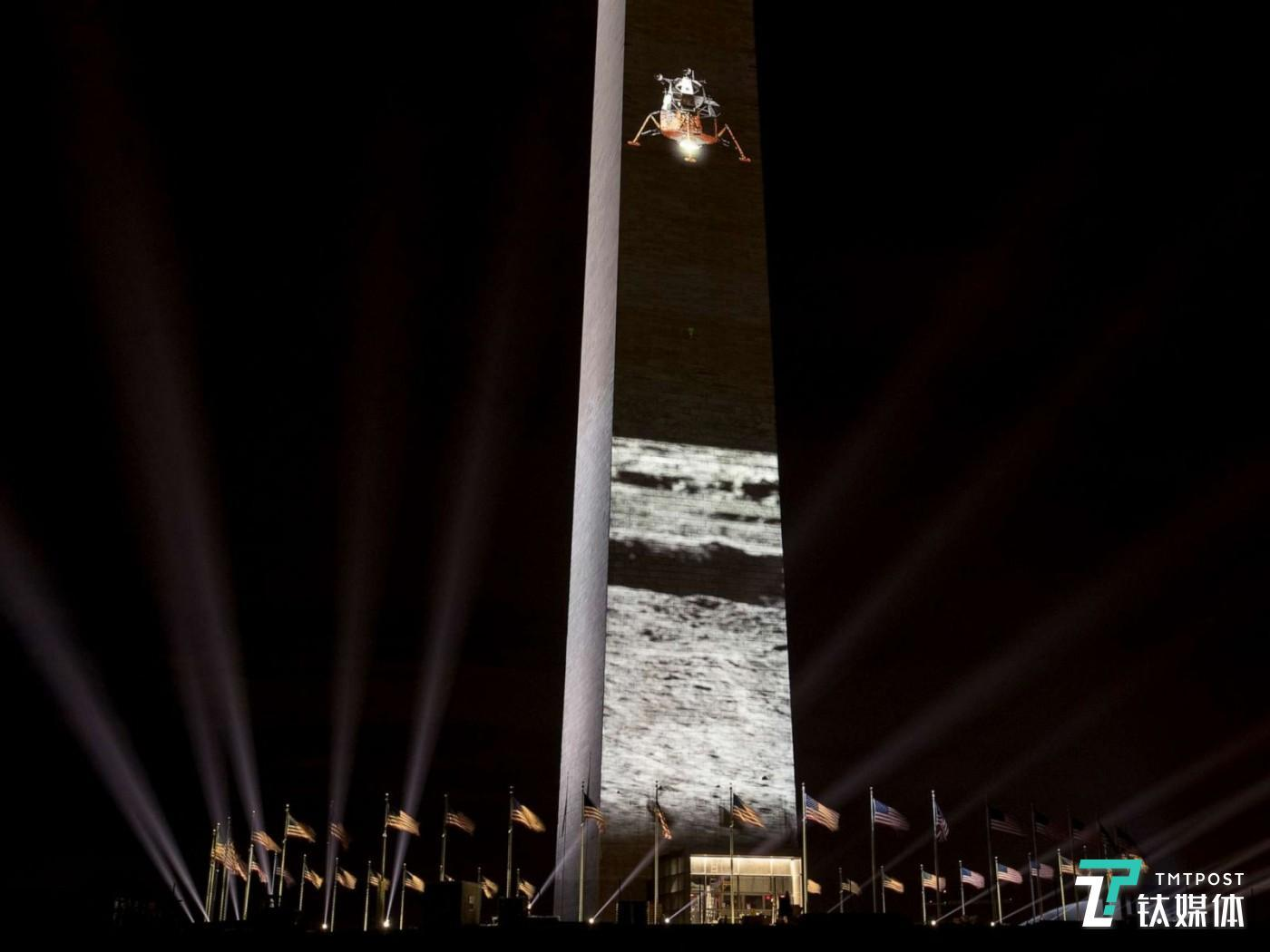7月17日,美国华盛顿纪念碑,投射在纪念碑上的登月船和月球。2019是阿波罗11号登月50周年纪念。(图/Andrew Harnik AP)