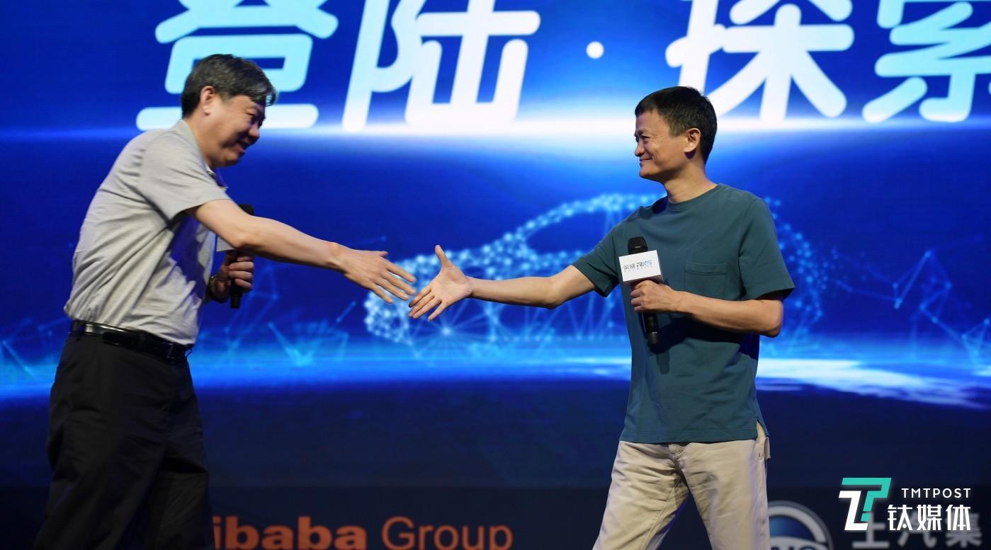 阿里巴巴董事局主席马云(右)、上汽集团董事长陈虹(左)
