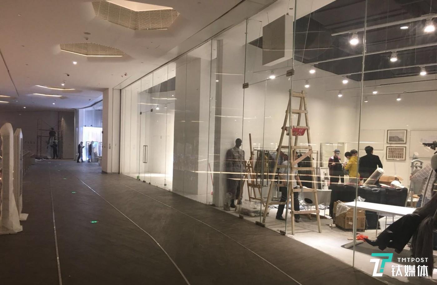 MUJI HOTEL 正式开幕的前一天,隔壁的深业上城商业综合体内也在加紧布置场地,以配合 MUJI HOTEL 在同日开业。