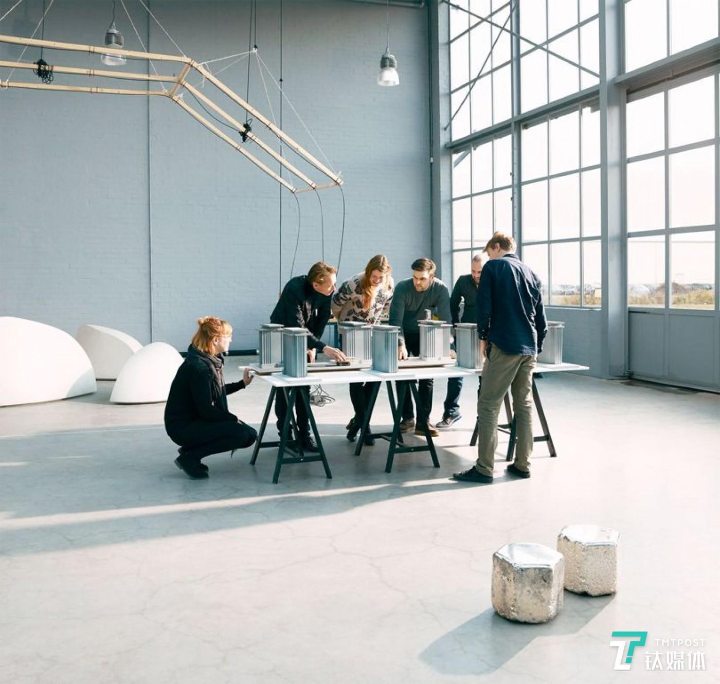 罗斯加德工作室的成员们正在讨论项目。图片来源/罗斯加德工作室