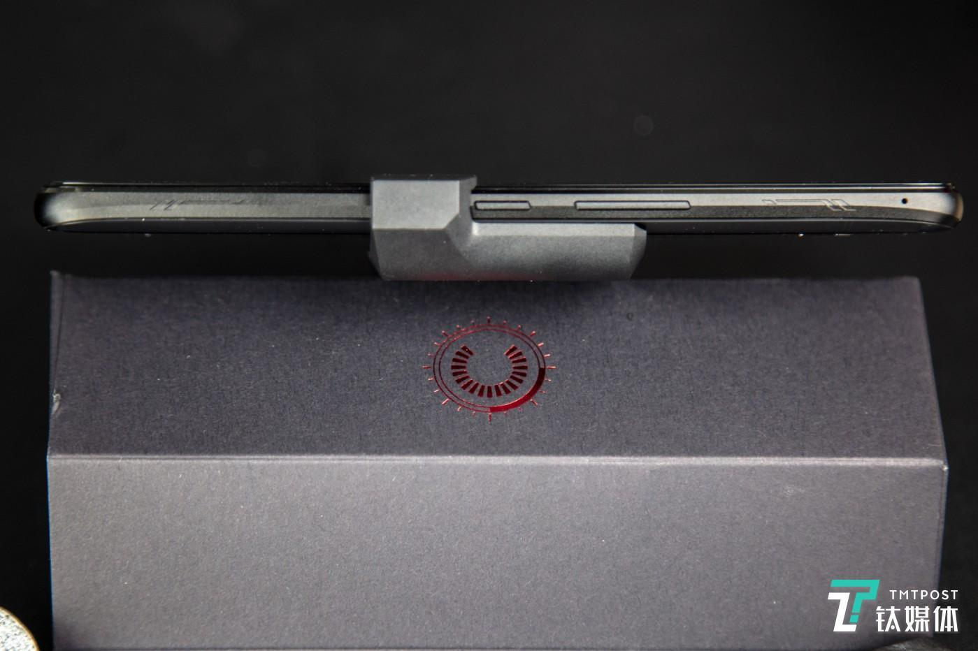 另一侧两枚超声波Air Triggers触控传感器