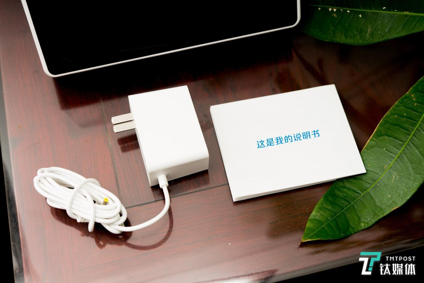 腾讯叮当 AI视听屏自带2600mAh电池,可以拔电使用