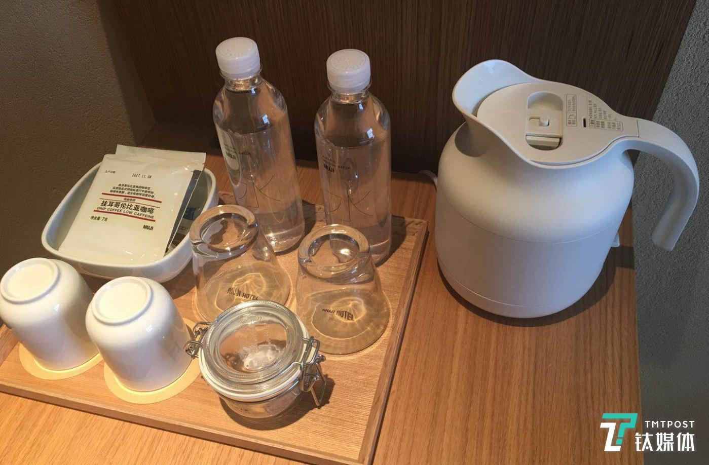 大多数装潢摆设自然均来自 MUJI,包括具有代表性的深泽直人系列:白色电热水壶、壁挂式 CD 机等