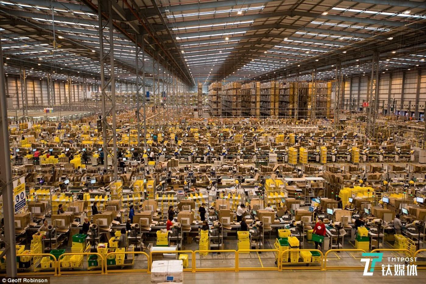 """2014年亚马逊位于英国的仓库之一正为""""黑色星期五""""购物狂潮做准备。图片来源/theguardian"""