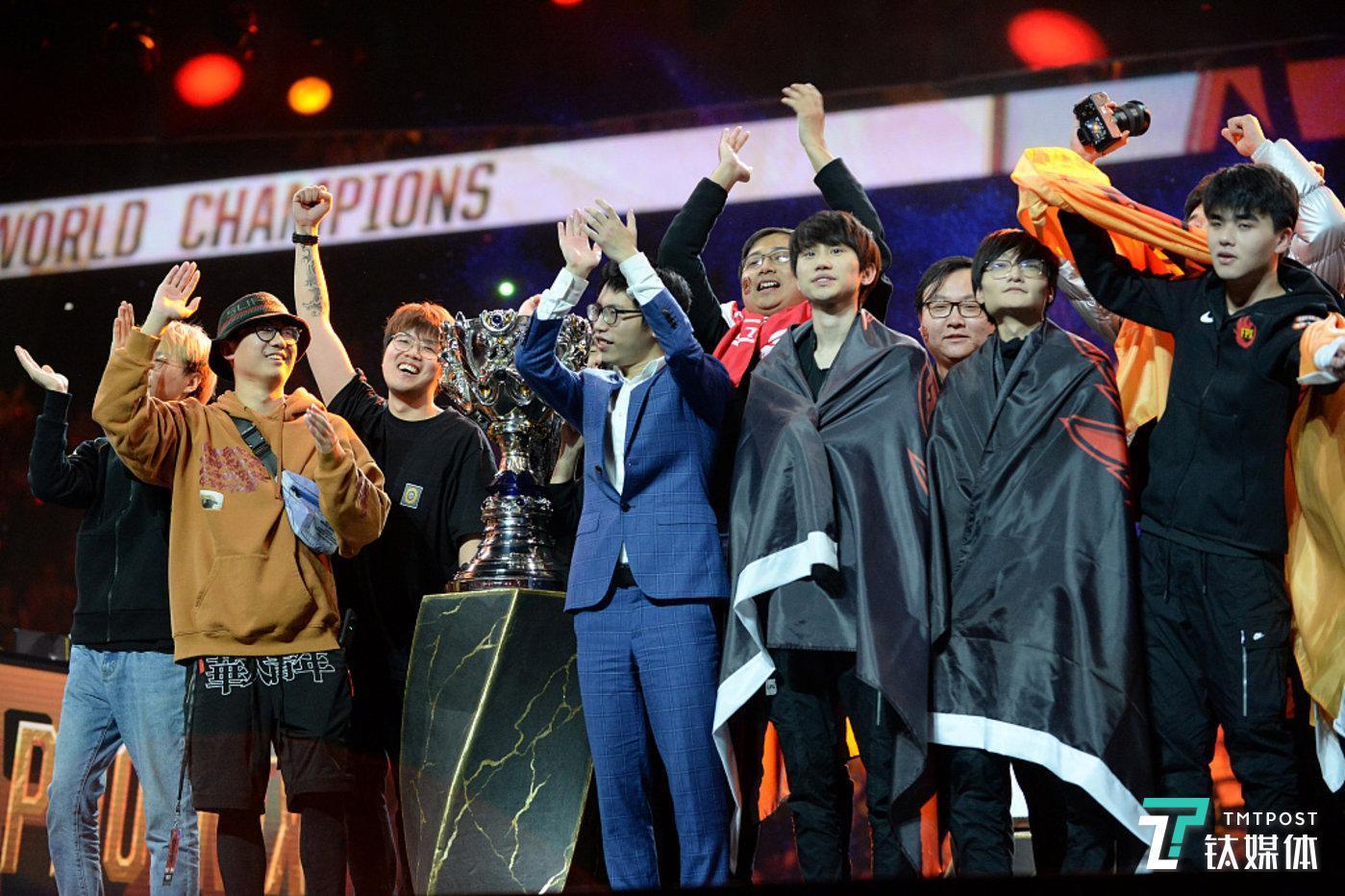 11月10日,2019英雄联盟全球总决赛中,来自LPL赛区的FPX战队3:0横扫G2问鼎S9赛季总冠军,成为第一支首次进入世界赛便夺冠的队伍。(图/视觉中国)