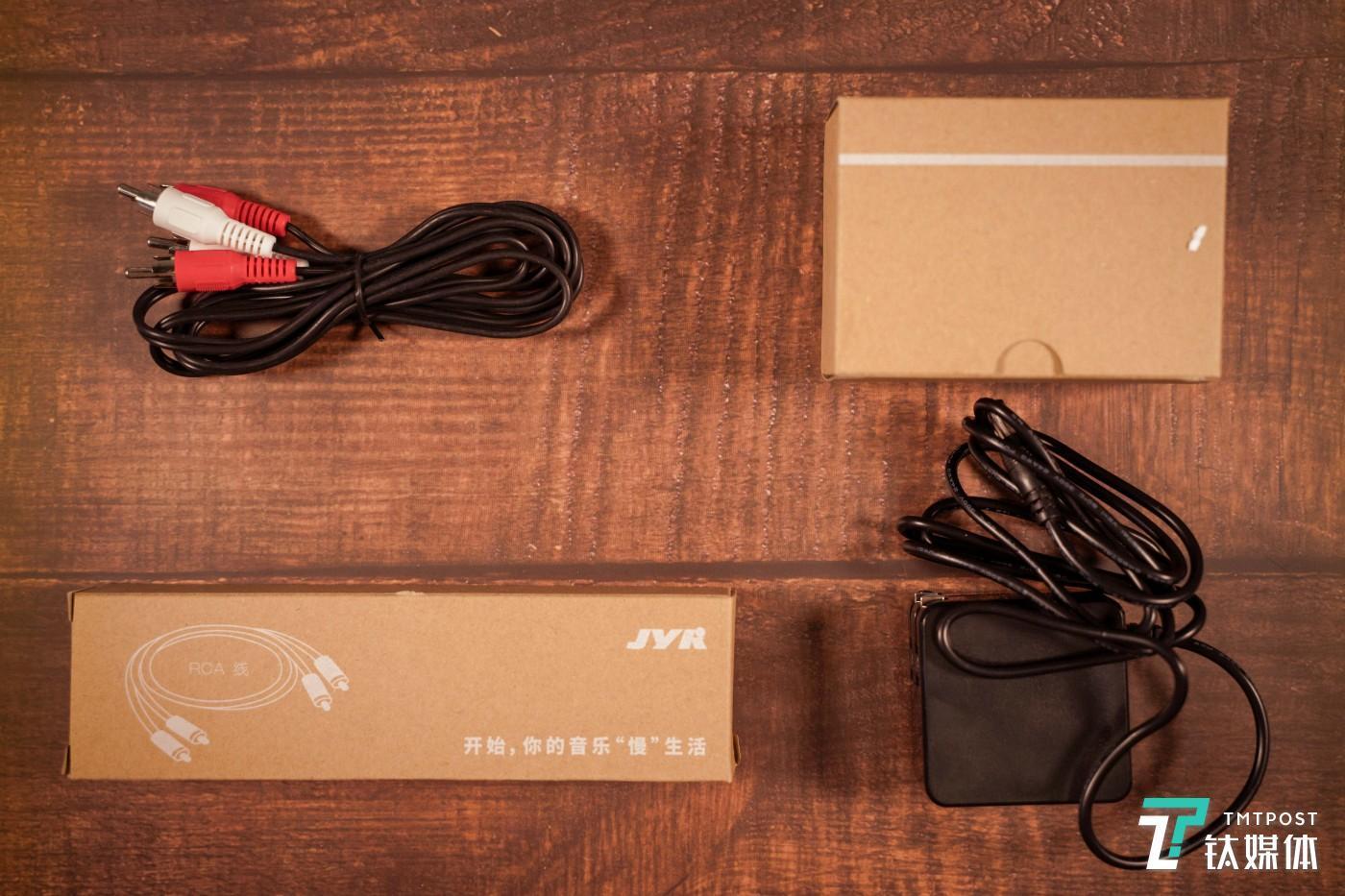 配件包括音频线和电源线