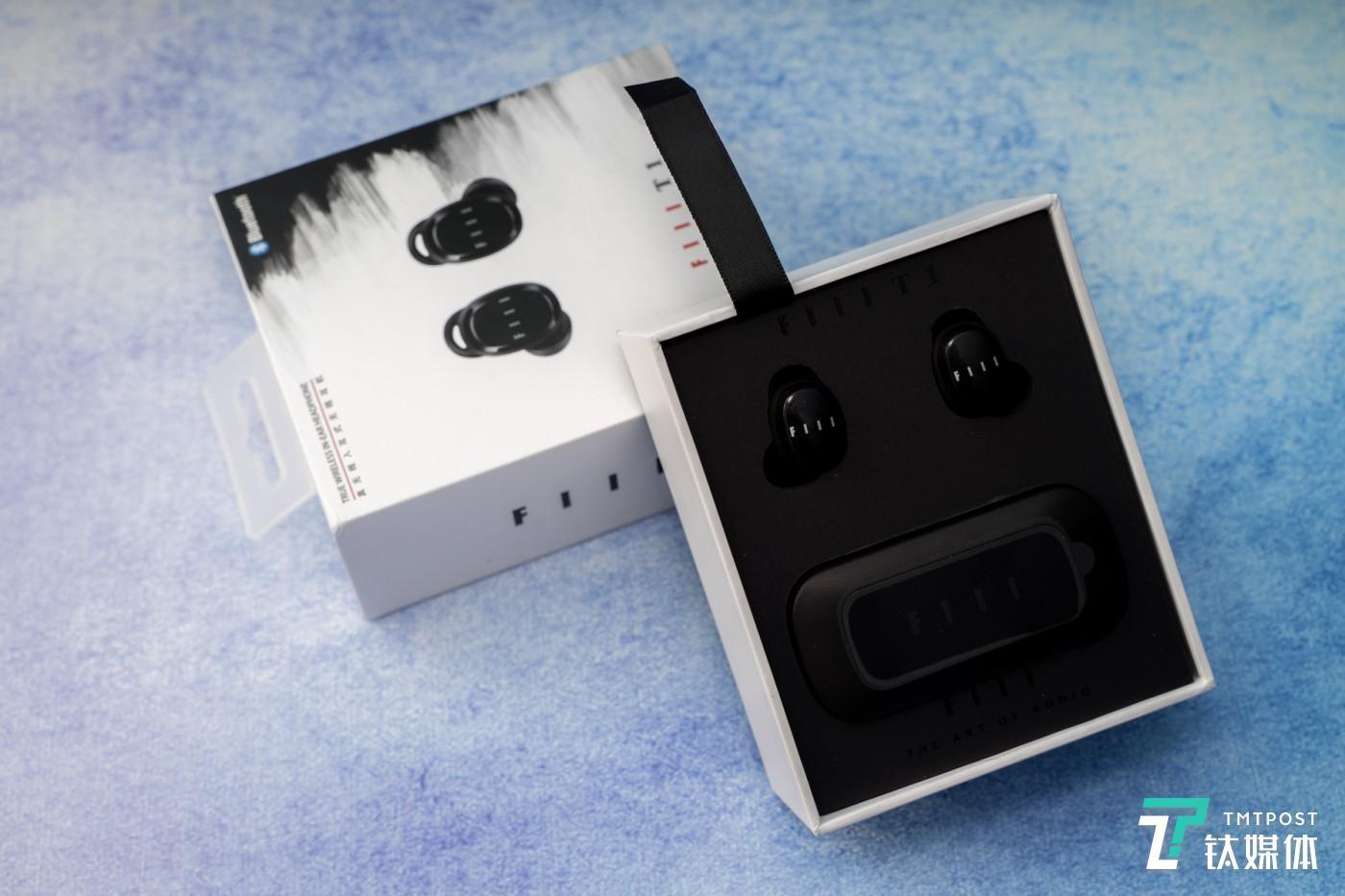 耳机充电盒的形状很方便携带