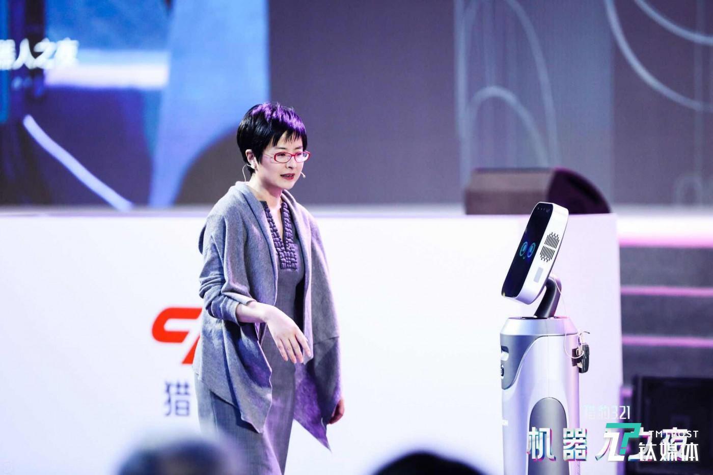 """张泉灵现场演示了""""豹小秘""""的前台指引功能,她惊呼""""我怎么转她都能跟着我""""。"""