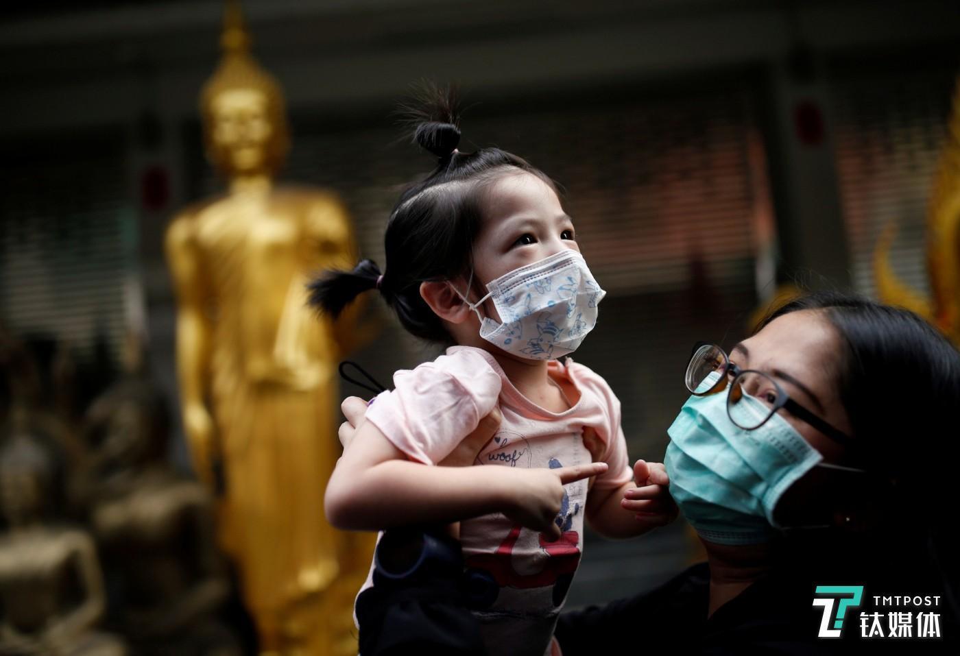 因新冠肺炎疫情,母子都带上口罩(来源:Daily Times)