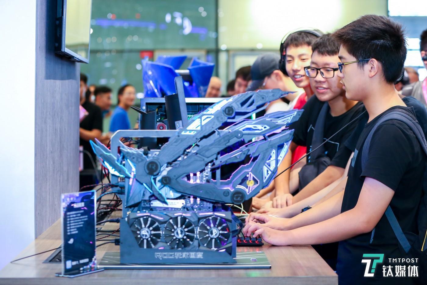 """玩家在""""英特尔主题馆""""中体验各式炫酷PC机型"""