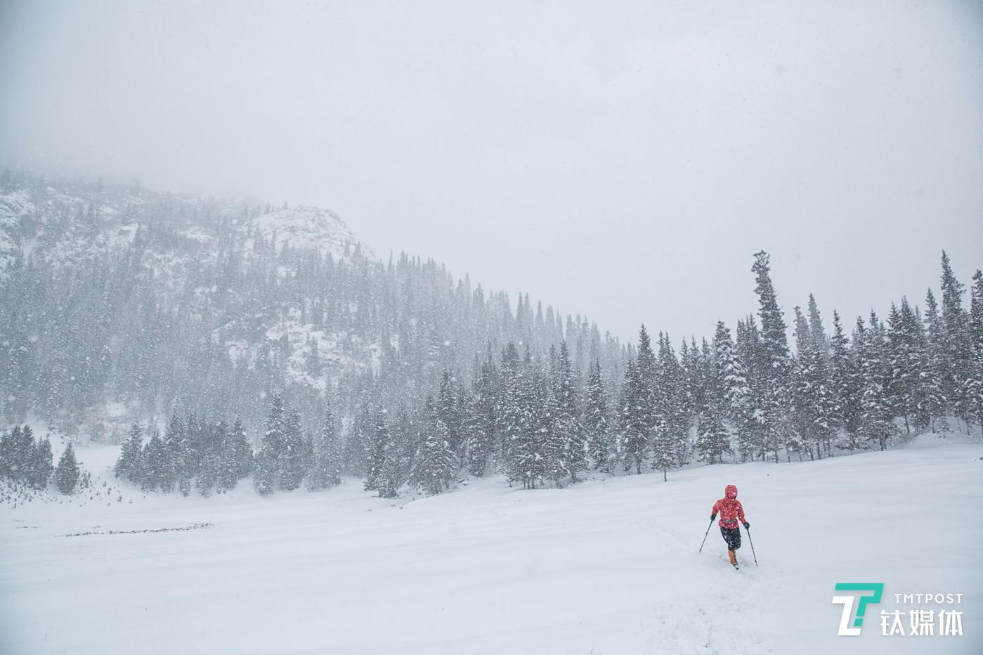 暴雪将至。新疆夏特古道,匆匆赶路的驴友。