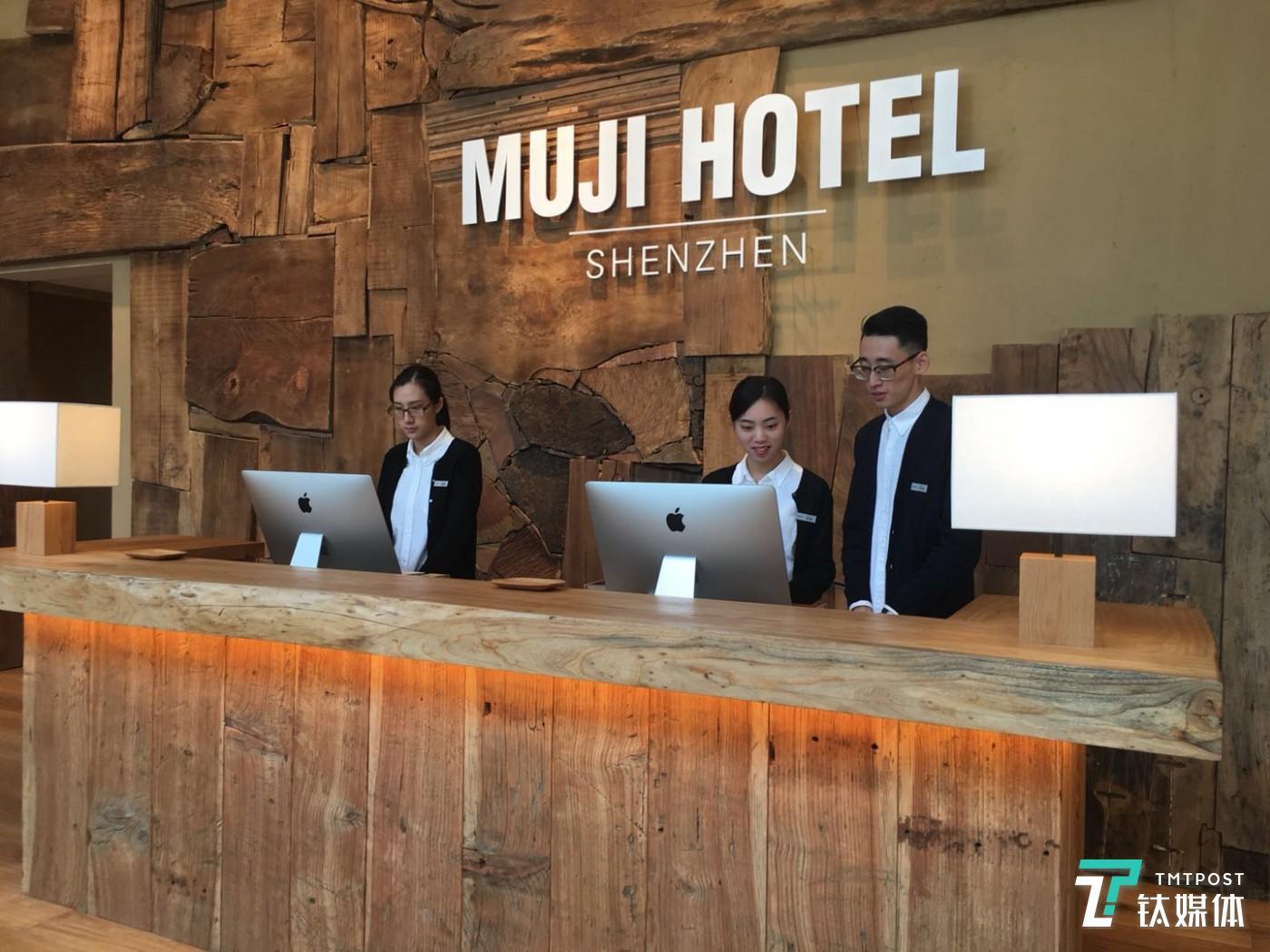 由翻新后的旧木装潢的 MUJI HOTEL 大堂。