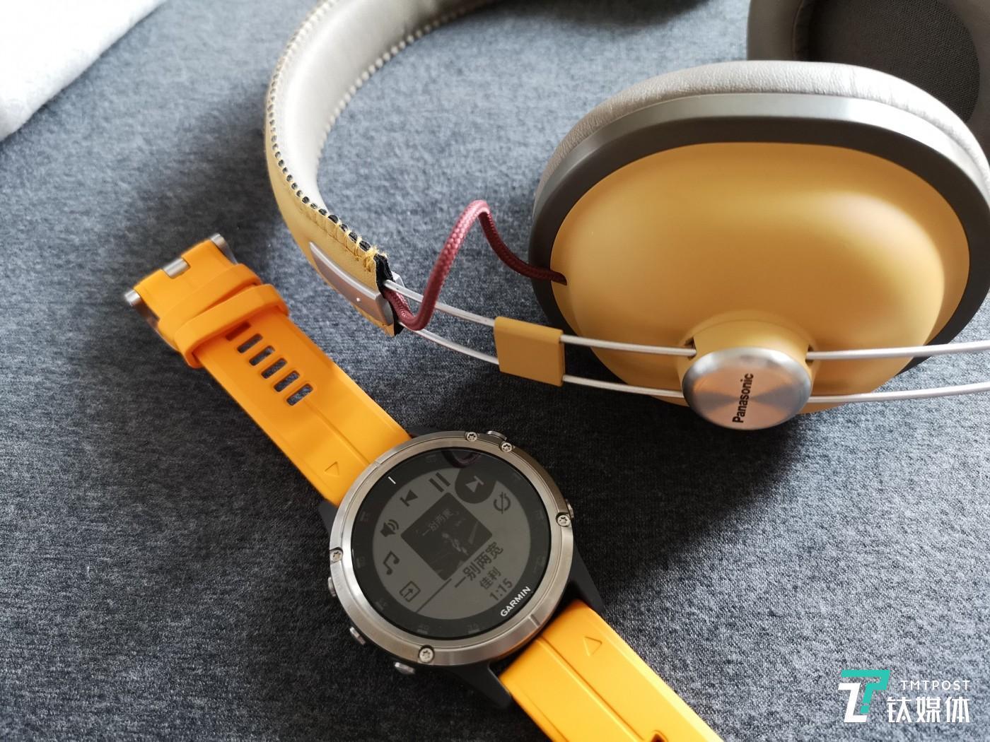 可以通过蓝牙和耳机相连,直接播放手表中的歌曲