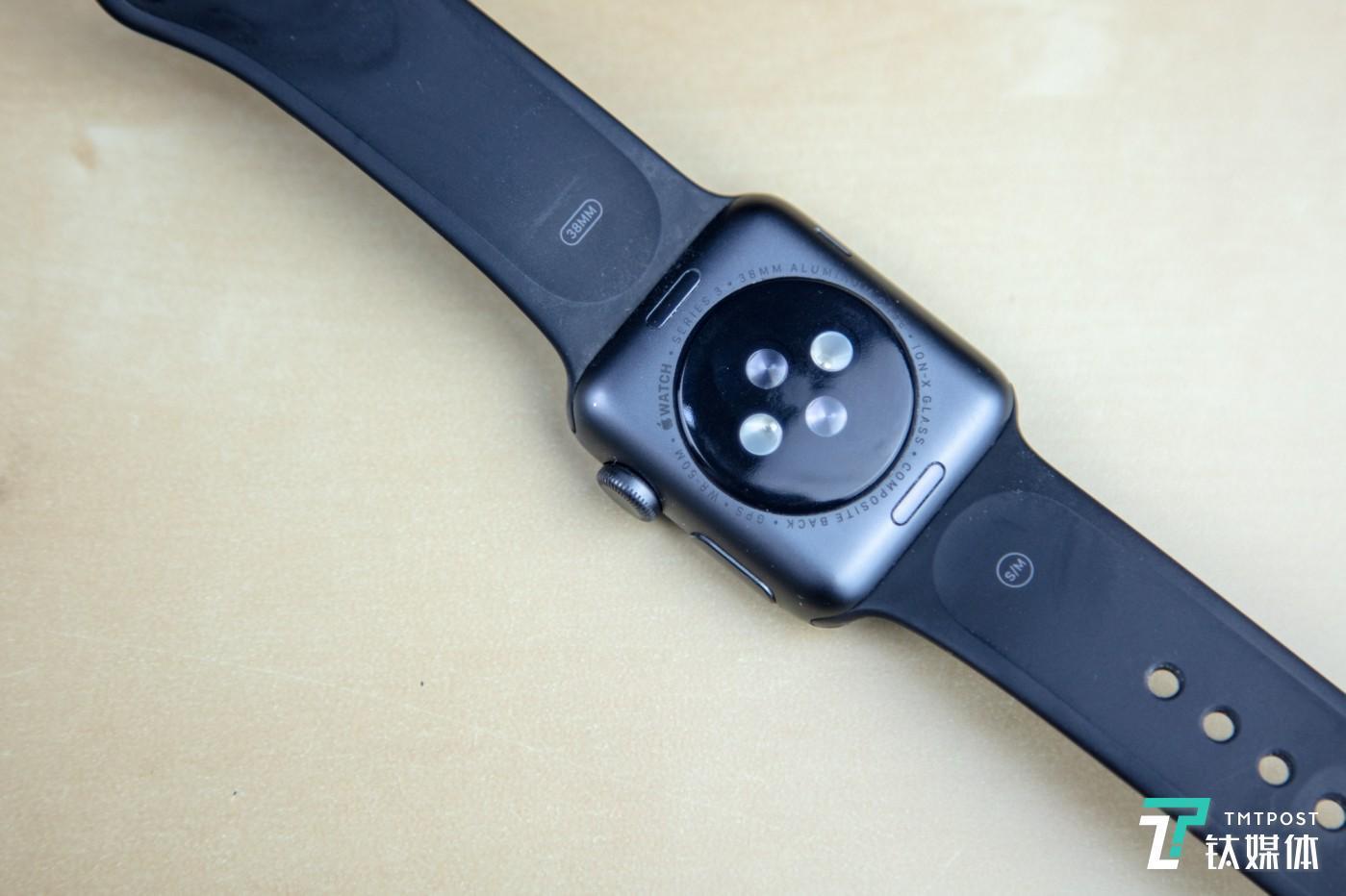 没有任何充电触点的 Apple Watch