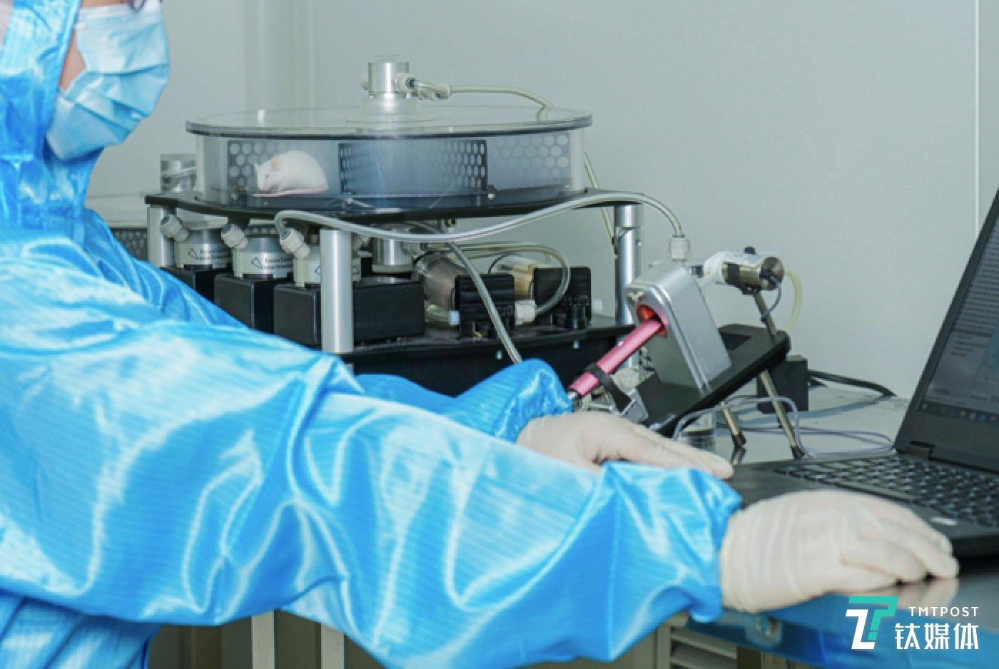 实验人员正将小鼠暴露在悦刻气溶胶环境下,进行气溶胶体内影响实验