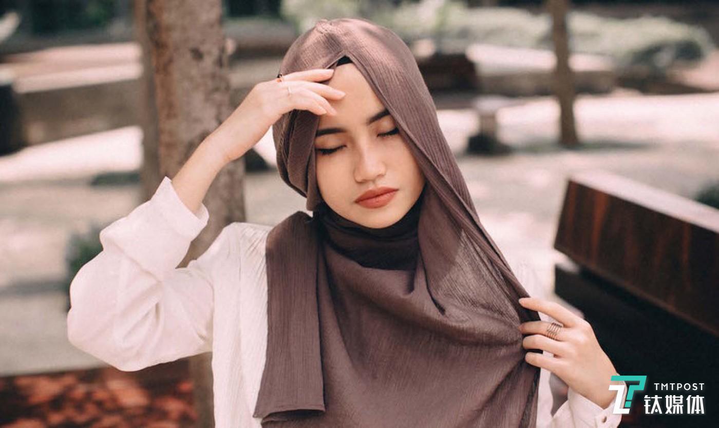 2016年Hana Tajima 的穆斯林女装合作系列将于今年 7 月在优衣库中国的部分门店有售