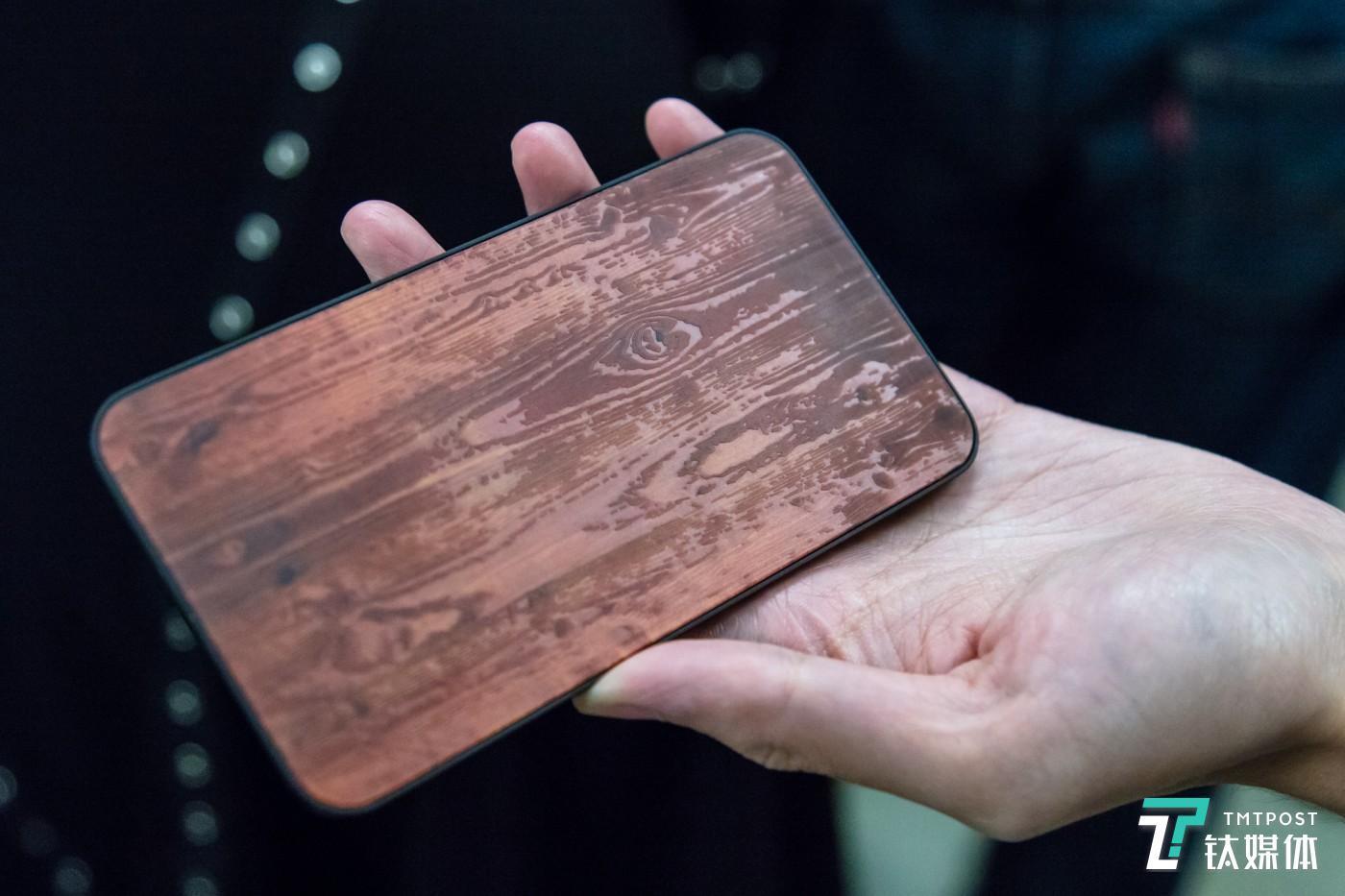 利用玻璃表面的雕刻技术模拟木制材料手感