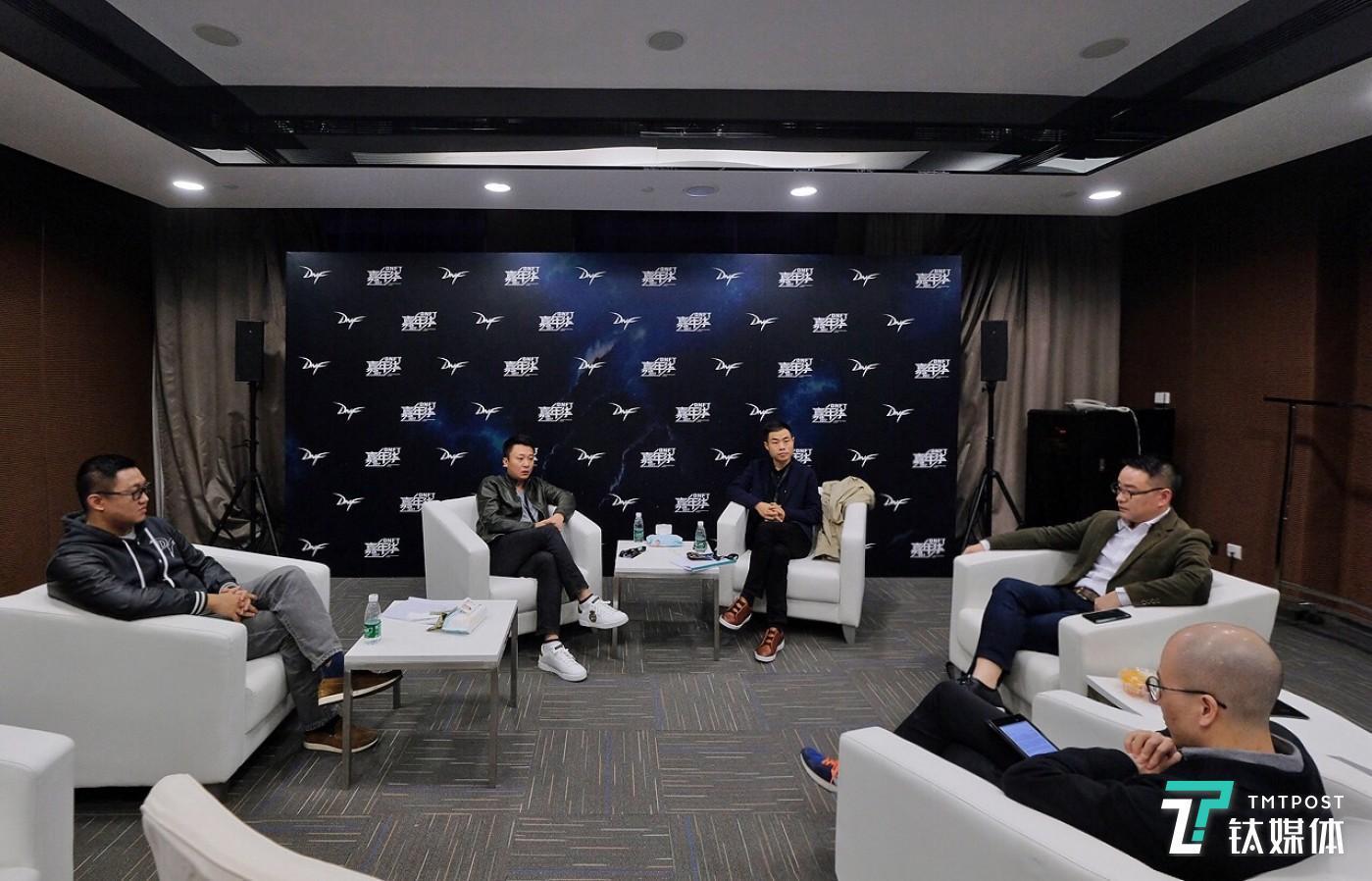 (左起)朱峥嵘、杨明、钛媒体记者胡勇