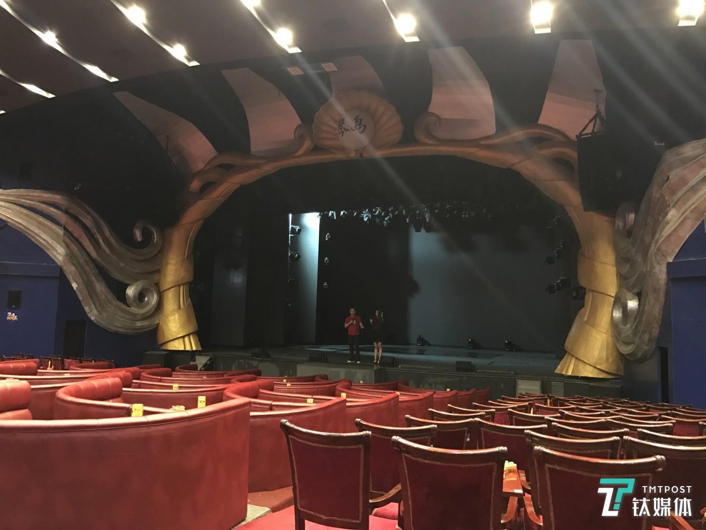 一位97年的主播,即将要登上陌陌现场演出,但在此之前她从未有过舞台表演经验,刘臻将她带到了线下琴岛的演出场地,对着空空的座位,曹宇在教她声乐。