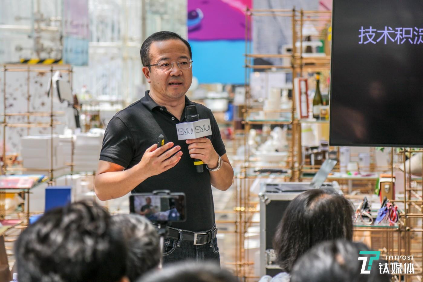 华为消费者业务软件工程部总裁王成录先生介绍目前华为系统情况