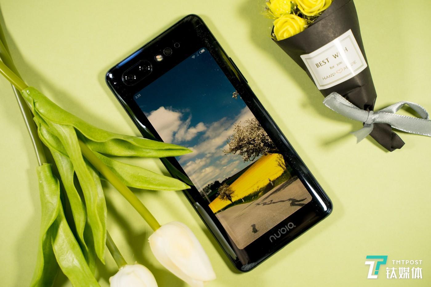手机背面是5.1英寸OLED屏幕